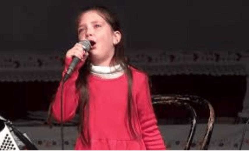 Djevojčica plače i pjeva sevdalinku (VIDEO)